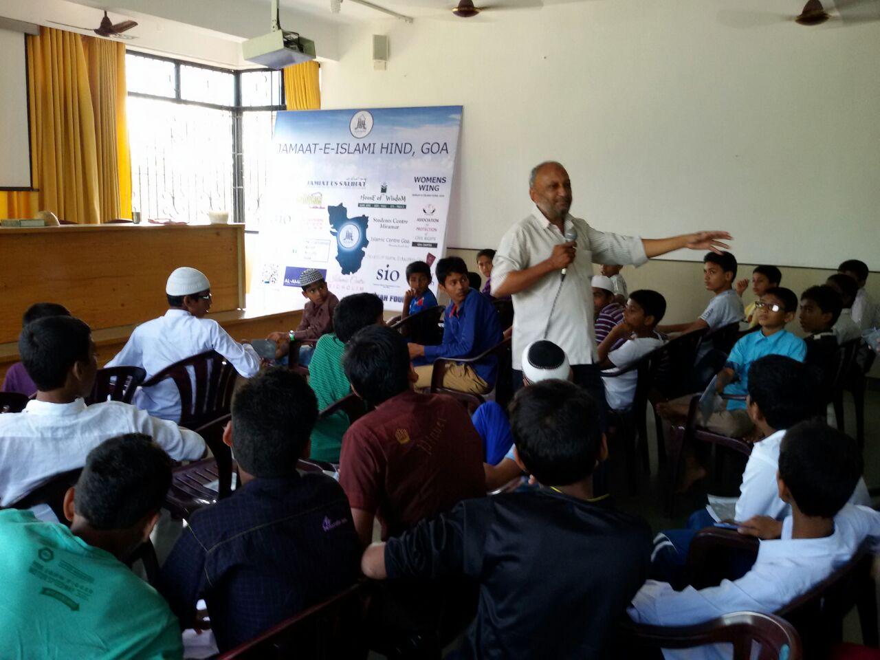 Janab Abdul Waheed Khan (president JIH GOA) Interacting with Junior Associates